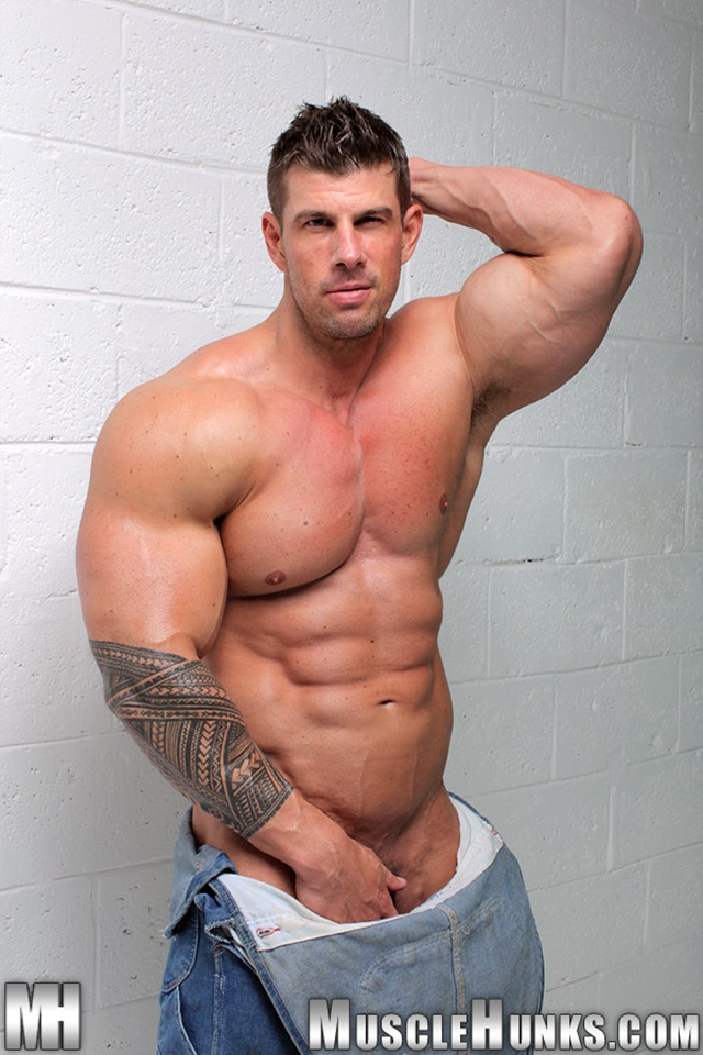 Muscle Hunk Zeb Atlas keeps us cumming