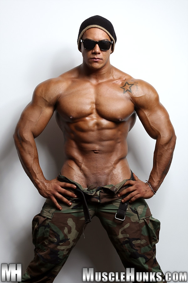 Muscle Hunks - Wade Trent the ultimate muscle bodybuilder nude!